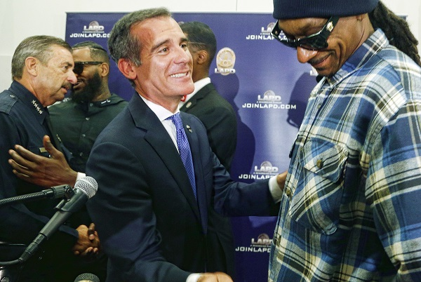 Rapper Snoop Dogg, right, and Los Angeles Mayor Eric Garcetti talk after a news conference at police headquarters in Los Angeles, Friday, July 8, 2016. Dogg had led a peaceful march with fellow rapper The Game where they urged improved relations between police and minority communities.  (AP Photo/Nick Ut)